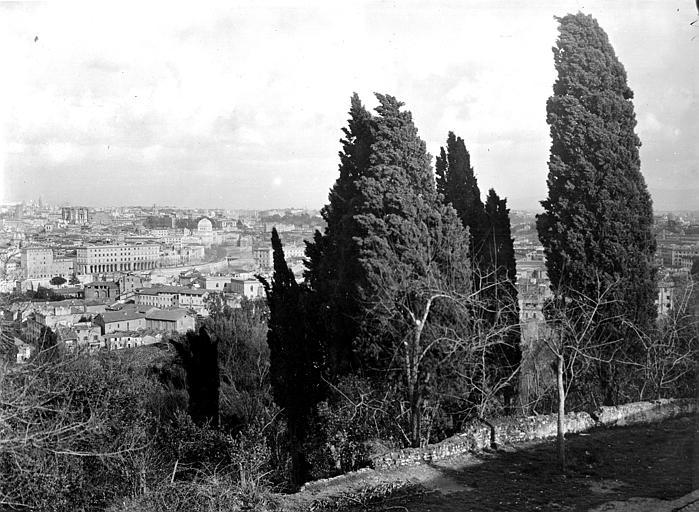 Vue d'ensemble d'une ville pris des hauteurs d'une colline