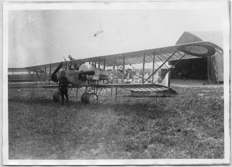 Un bimoteur Caudron devant son hangar
