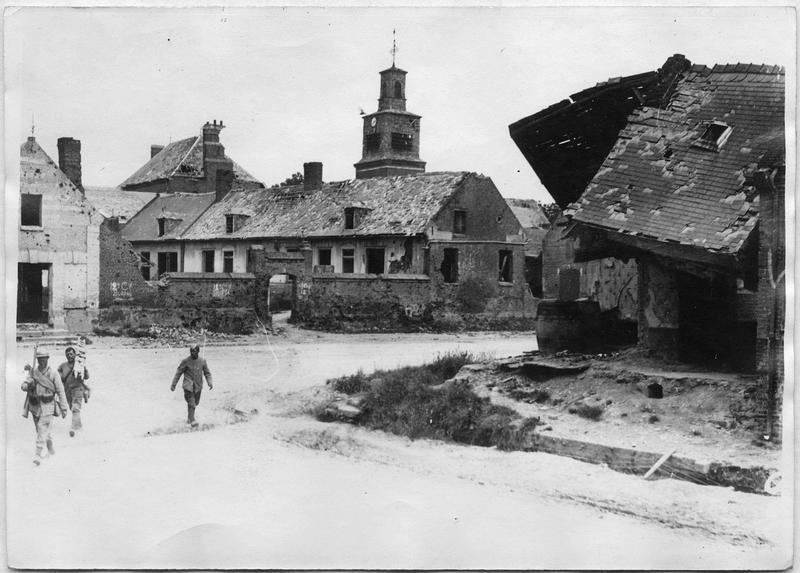 Place et ruines devant l'église