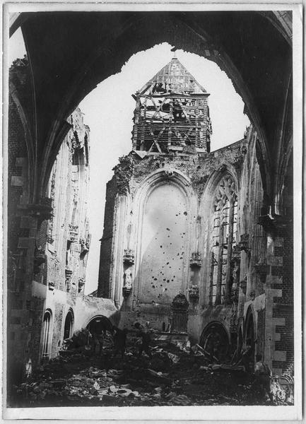 Intérieur de l'église en ruines