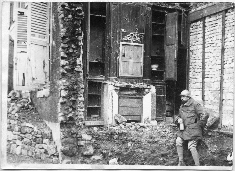 Protection contre les bombardements. Rue de la Belle-Vierge, poilus posant des pierres contre les maisons
