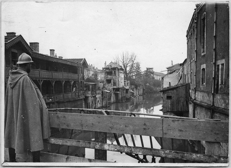Vue prise du pont, rue de la Rivière