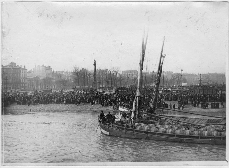 La foule massée sur le quai acclame l'équipage de l'Orléans