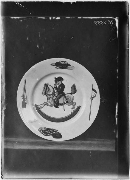 Assiette allemande avec un enfant cavalier