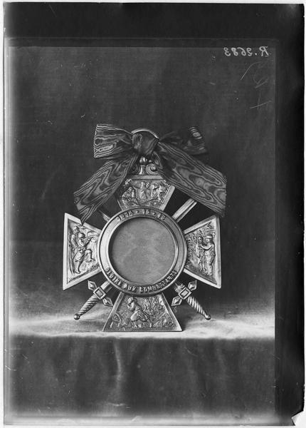 Cadre français en bronze en forme de  'Croix de Guerre'