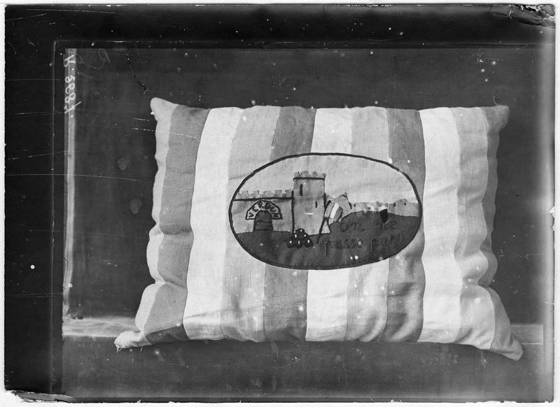 Coussin brodé «Verdun, on ne passe pas»