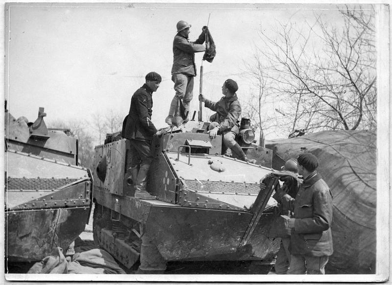 Soldats sur un tank camouflé, dans la région de Reims