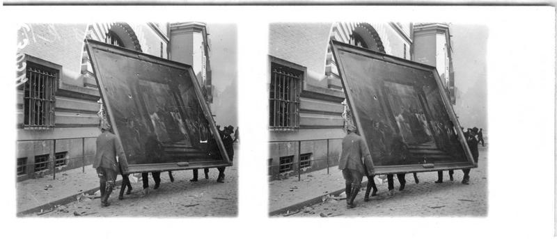 Pendant l'incendie du 3 mai 1917, enlèvement des tableaux de l'Hôtel de Ville, sous la surveillance du maire de Reims