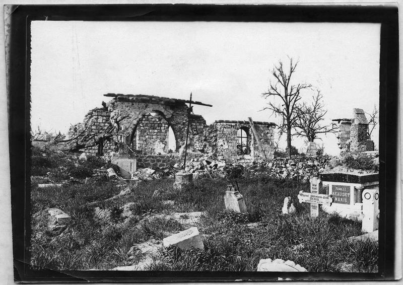 Ruines de l'église, et le cimetière ravagé