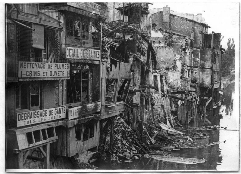 Ruines de maisons bombardées par les Allemands