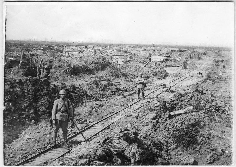 La voie de 60 cm traverse le chaos des anciennes premières lignes allemandes