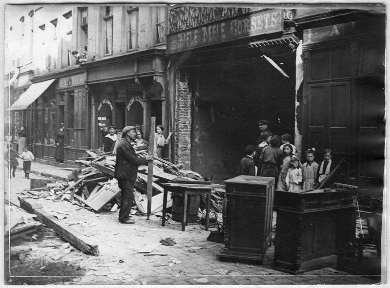 Dégâts occasionnés par les bombardements allemands rue de la Couronne