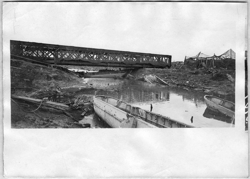Le pont métallique lancé par le génie sur le canal de l'Yser