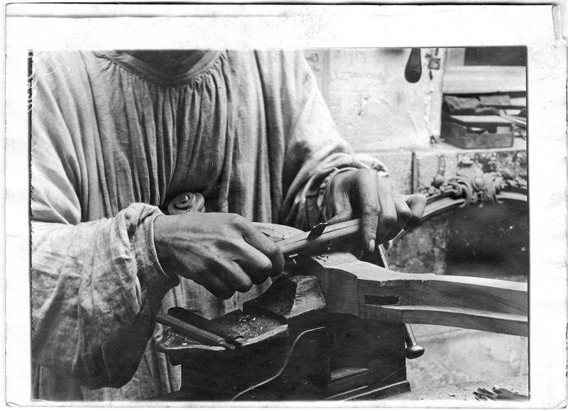 Documents pour médecin major. Faubourg Saint-Antoine, démonstration d'un mutilé, manoeuvre du tarabiscot avec la main droite