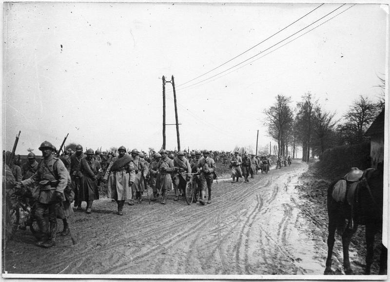 59ème régiment d'infanterie allant au repos, sur la route d'Ailly à Essertaux