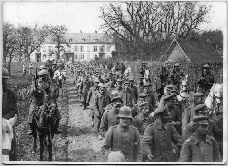 Le départ des prisonniers en colonne