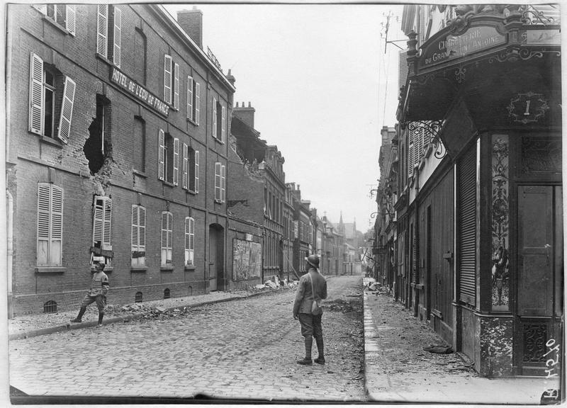La rue Lamartine, angle de la rue des Trois-Cailloux, trou d'obus dans la façade