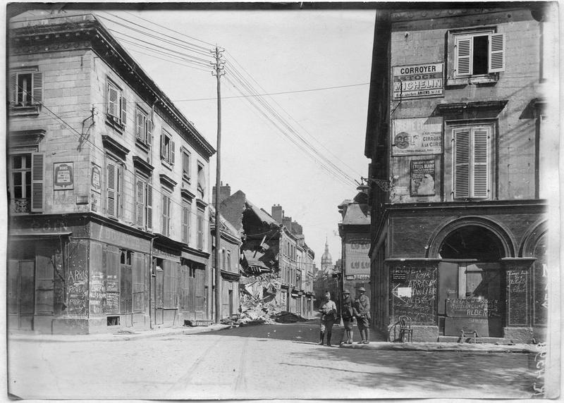 Destructions dans la rue de La Hotoie et trois soldats