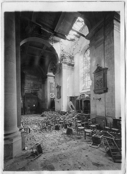 Les dégâts du premier obus (le 9 avril), intérieur côté sud