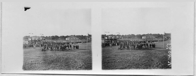 Fête sportive à Saint-Cyr, un aspect du stade pendant une course