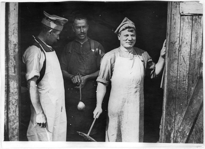 Camp des troupes polonaises, le cuistot et ses aides