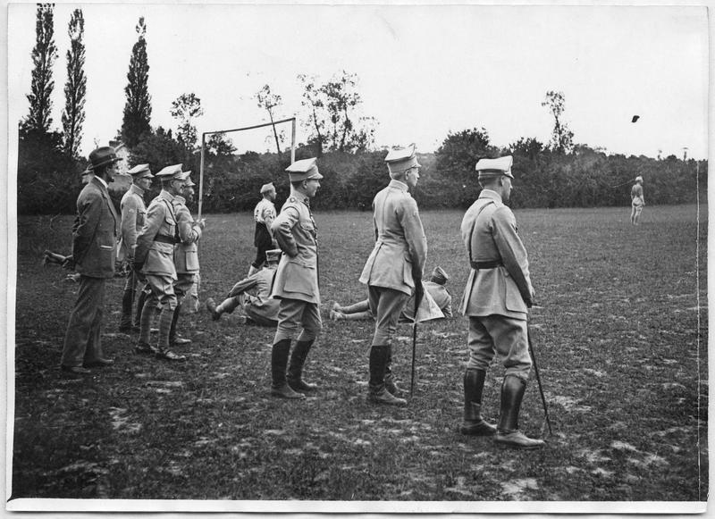 Camp des troupes polonaises, les officiers assistent au match de football