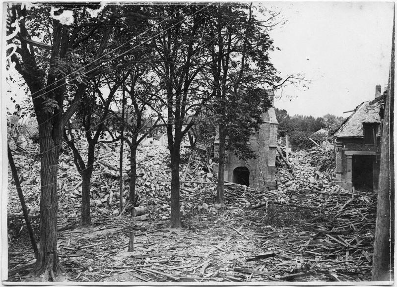 L'église et la place de l'église bombardée