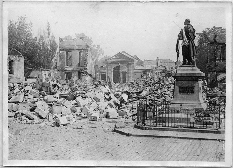 Ce qui reste de l'Hôtel de Ville et le monument au Général Foy