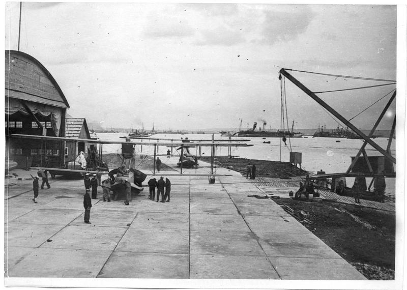 US Naval Air Station de Laninon. Vue d'ensemble, au fond les navires américains au mouillage