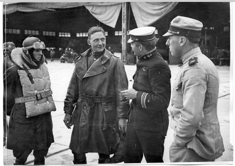 Station américaine d'hydravions. Groupe avec le capitaine Corry, commandant le centre d'aviation, USNAS, et quelques pilotes et observateurs