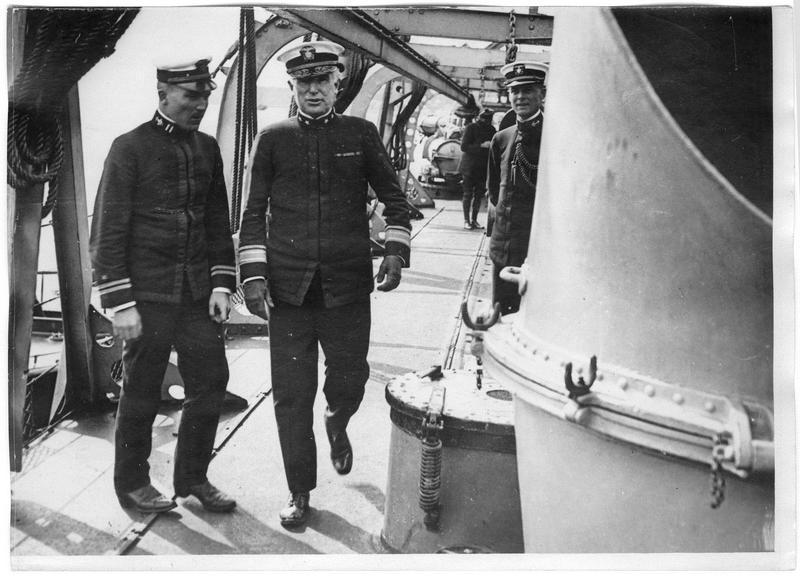 L'amiral Wilson s'entretient avec un officier de l'état-major d'un destroyer américain