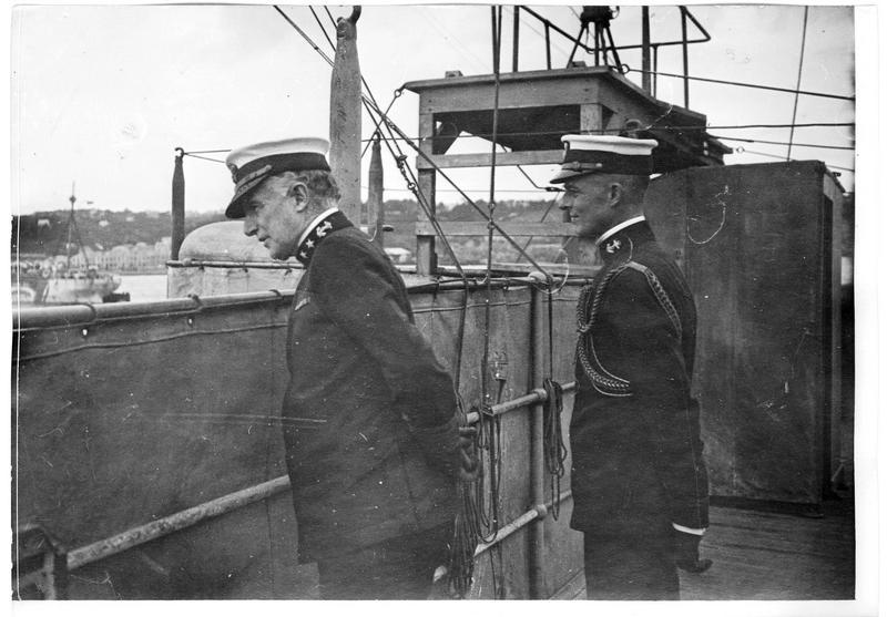 Le vice-amiral Wilson et son aide de camp au cours d'une inspection à bord d'un destroyer américain