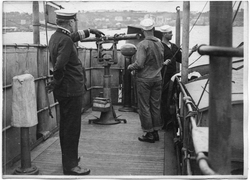 Le vice-amiral Wilson au cours d'une inspection à bord d'un destroyer américain