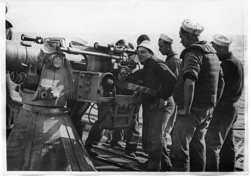 A bord du Rambler, yacht armé de la marine américaine, en mer de Brest à La Pallice. Un sous-marin est signalé, les canonniers à leur poste de combat