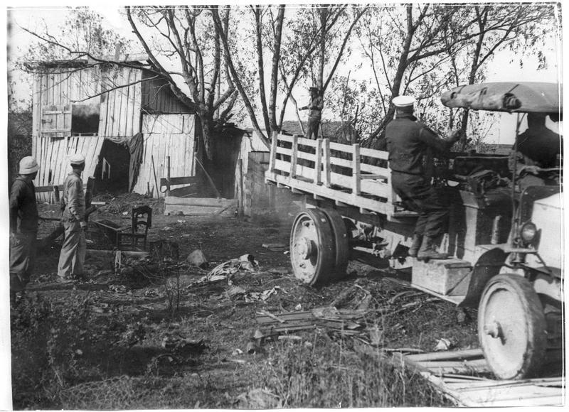 Les maisons inutilisables sont détruites au moyen d'un camion
