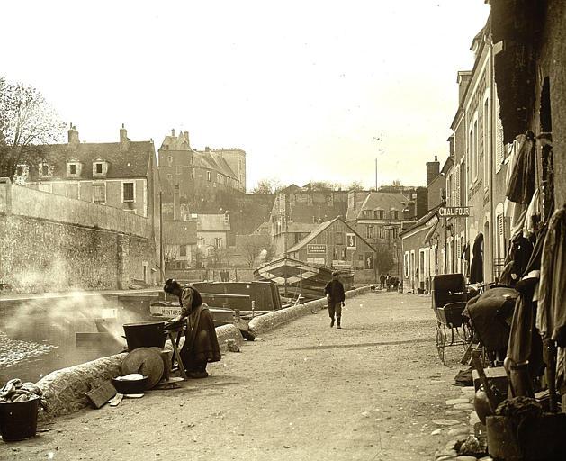 Bords du canal : lavandière, vue vers le château