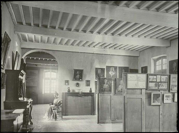 Vue intérieure d'une salle : portrait des vieilles familles d'Arles