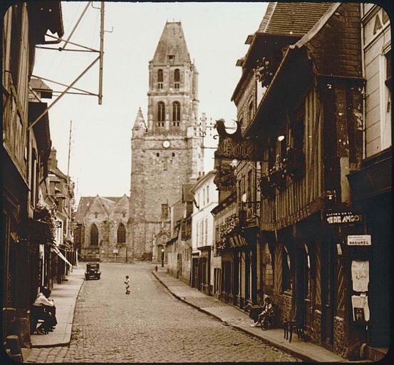 Tour-clocher vue d'une rue