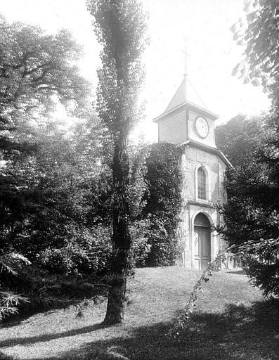 Façade d'entrée de la chapelle vue des jardins