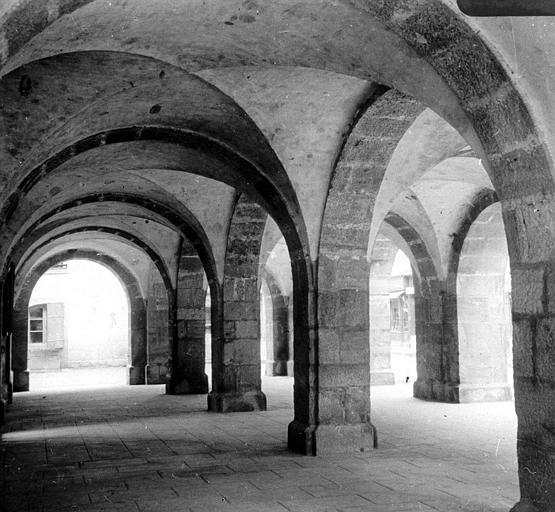 Vue prise sous les arcades