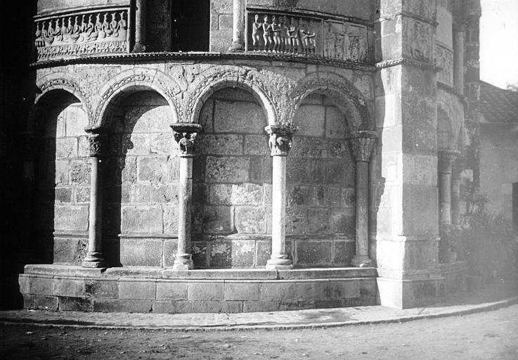 L'abside, arcatures et bas-reliefs
