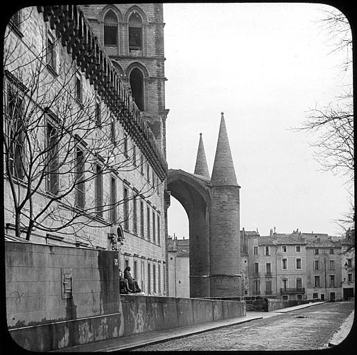 Ancien couvent de bénédictins dit monastère et collège Saint-Benoît, cathédrale Saint-Pierre, actuellement faculté de médecine