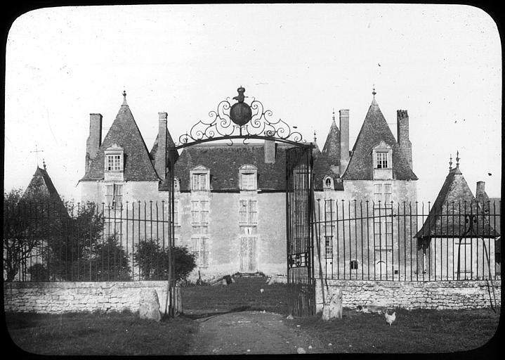 Vue d'ensemble de la façade et du portail d'entrée