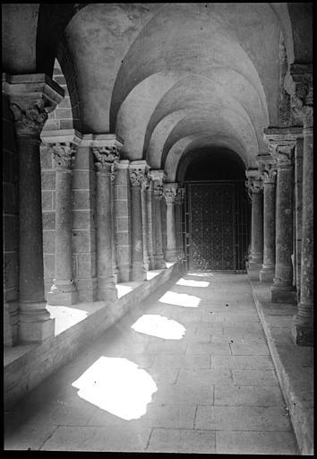 Intérieur d'une galerie du cloître, grille donnant accès à la cathédrale