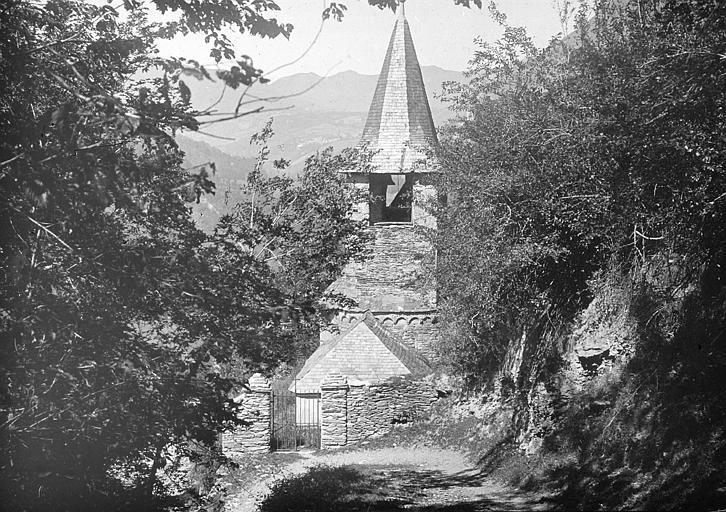 Vue partielle du clocher et du portail d'entrée ; vallée du Larboust