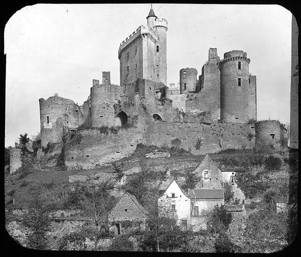 Vue générale du château et du village