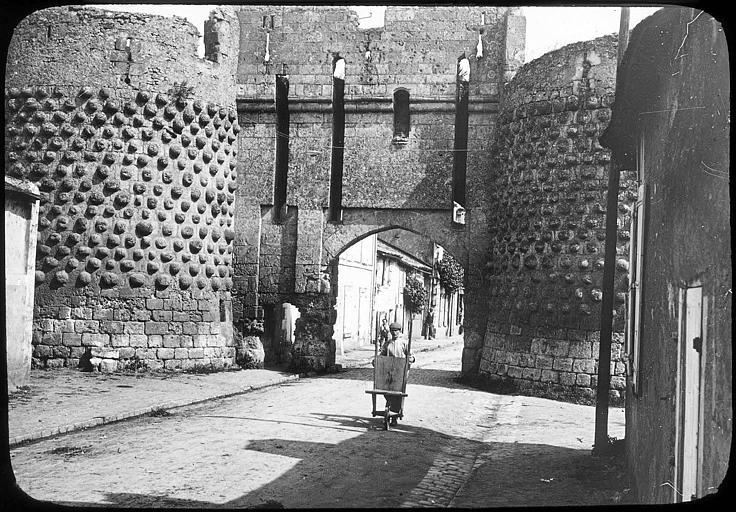 La porte Saint-Jean vue de l'extérieur