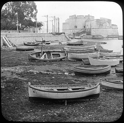 Au premier plan, bateaux tirés sur la plage du Mourillon