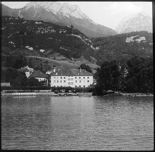 Sur les bords du lac, l'Hôtel de l'Abbaye
