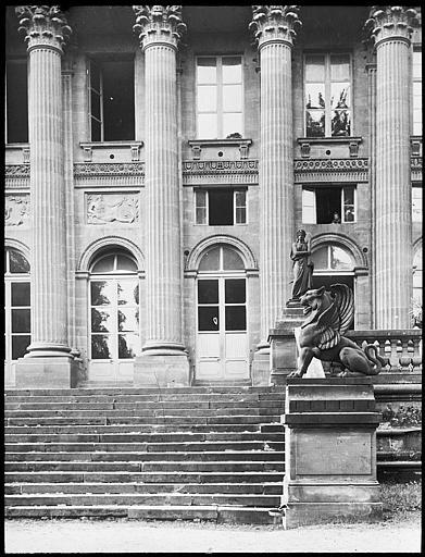 Vue partielle de la façade et de l'escalier